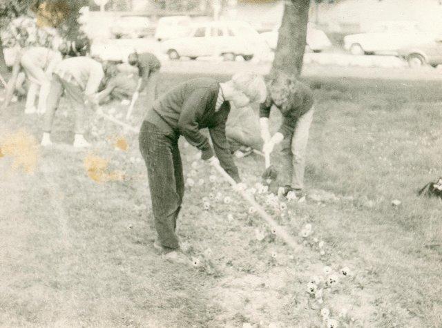 0078_delovna-akacija-v-parku-1981