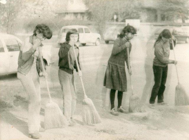 0081_delovna-akacija-v-parku-1981